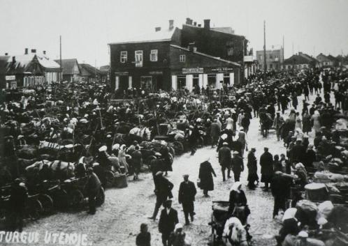Ketvirtadieninis turgus priešais R.Kabo pastatus Utenio aikštėje (iš zydai.lt)